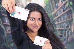 Moça bonita que guarda a plataforma de cartões Fotografia de Stock