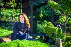 Moça bonita que medita no parque do outono Fotos de Stock Royalty Free