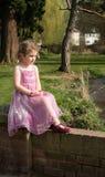 Moça bonita que olha para fora no parque Imagens de Stock Royalty Free