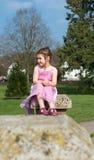 Moça bonita que olha para fora no parque fotos de stock royalty free