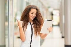 Moça bonita que paga pelo cartão de crédito por Imagem de Stock