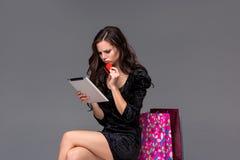 Moça bonita que paga pelo cartão de crédito por Imagens de Stock