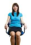 Moça bonita que senta-se em uma cadeira do escritório Isolado no whi Fotos de Stock
