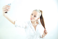 Moça bonita que toma o selfie foto de stock royalty free