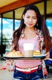 Moça bonita que toma a pausa para o almoço no café do ar livre no dia de verão Imagem de Stock Royalty Free