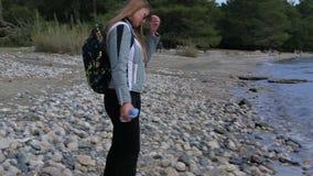 A moça bonita que vem à praia toca no braço da água filme