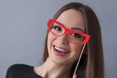 Moça bonito com os monóculos coloridos engraçados Fotos de Stock