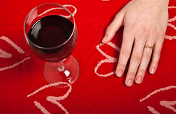 A moça bonito escandinava entrega dar forma a glas de um coração e do vinho Imagens de Stock