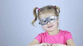 Moça bonito na máscara do feriado video estoque
