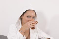 A moça com acorda o café da manhã Fotografia de Stock
