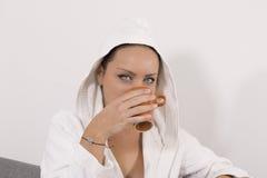 A moça com acorda o café da manhã Fotografia de Stock Royalty Free