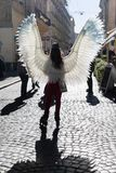 Moça com as asas do anjo em ruas de Lviv fotografia de stock royalty free