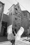 Moça com as asas do anjo em ruas de Lviv fotos de stock royalty free