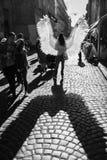 Moça com as asas do anjo em ruas de Lviv imagens de stock