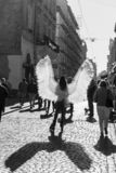 Moça com as asas do anjo em ruas de Lviv foto de stock