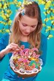 Moça com as cookies do pão-de-espécie de easter Imagem de Stock