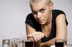Moça com as drogas de oferecimento curtos do cabelo louro Fotografia de Stock Royalty Free