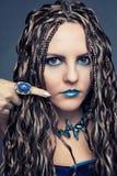 Moça com as tranças africanas longas em um vestido azul Foto de Stock