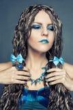 Moça com as tranças africanas longas em um vestido azul Imagens de Stock