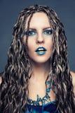 Moça com as tranças africanas longas em um vestido azul Imagem de Stock Royalty Free