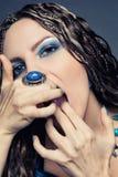 Moça com as tranças africanas longas em um vestido azul Fotografia de Stock