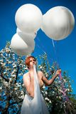 Moça com balões oferecidos fotos de stock
