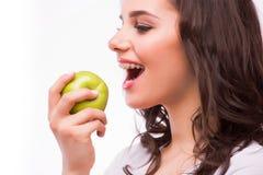 A moça com brances come a maçã Dentes fêmeas com cintas e a maçã dentais Fotografia de Stock