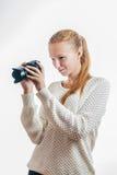 Moça com a câmara digital, tomando uma imagem Foto de Stock