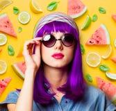 Moça com cabelo e os óculos de sol roxos imagem de stock royalty free