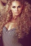 Moça com cabelo louro encaracolado longo. Fotos de Stock Royalty Free