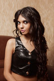 Moça com cabelo preto longo em uma mulher muito atrativa de couro da veste A com olhos grandes Foto de Stock Royalty Free