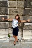 Moça com a camisa azul da saia e da flor foto de stock