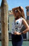 Moça com a camisa azul da saia e da flor Fotos de Stock Royalty Free