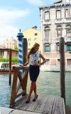 Moça com a camisa azul da saia e da flor Imagens de Stock