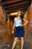 Moça com a camisa azul da saia e da flor Fotografia de Stock