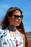 Moça com a camisa azul da saia e da flor Fotografia de Stock Royalty Free