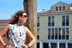 Moça com a camisa azul da saia e da flor Fotos de Stock