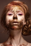 Moça com composição e texturas criativas em sua cara Modelo bonito com setas da framboesa e o pigmento dourado imagens de stock royalty free