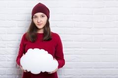 Moça com a nuvem em suas mãos no fundo da parede de tijolo foto de stock royalty free
