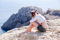 Moça com o chapéu marrom nas férias de verão fotos de stock