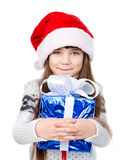 Moça com o chapéu vermelho de Santa que guarda a caixa de presente no branco Fotos de Stock Royalty Free