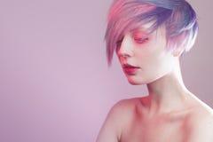 Moça com olhos e cabelo cor-de-rosa, como uma boneca fotografia de stock