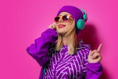Moça com os fones de ouvido no revestimento de esportes imagem de stock