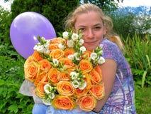 Moça com um ramalhete das flores e do balão Fotografia de Stock Royalty Free