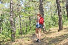 Moça com uma trouxa na campanha do turismo Foto de Stock Royalty Free