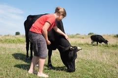 Moça com vacas Fotos de Stock Royalty Free