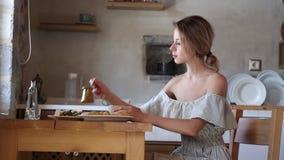 Moça com xícara de café ou chá na cozinha grega video estoque
