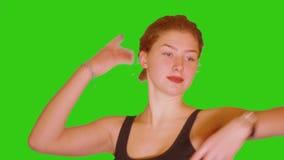 A moça começa a dançar com a tela verde em seu fundo video estoque