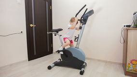 Moça contratada na bicicleta de exercício na sala filme