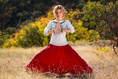 Moça contratada na ioga Imagens de Stock